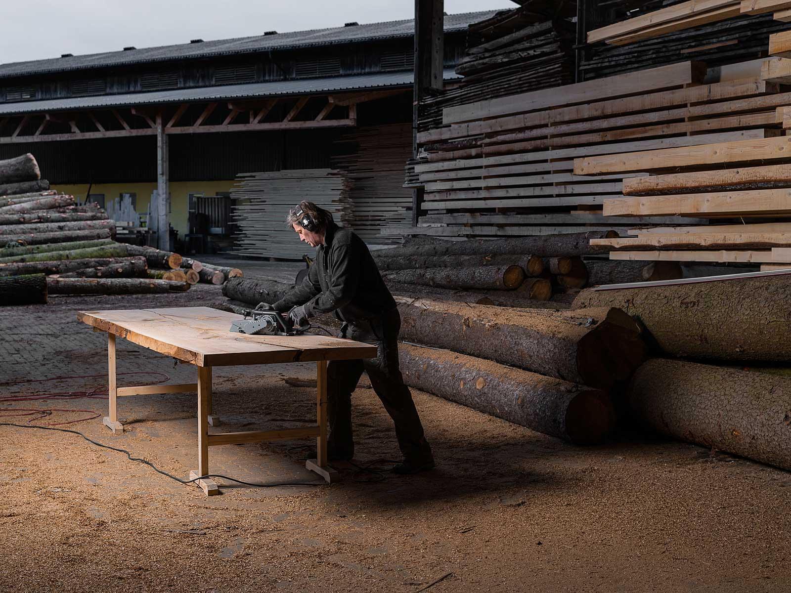 Reportagenfotografie, Stefan Knopp fertigt Einzelstücke, Monolith Tisch