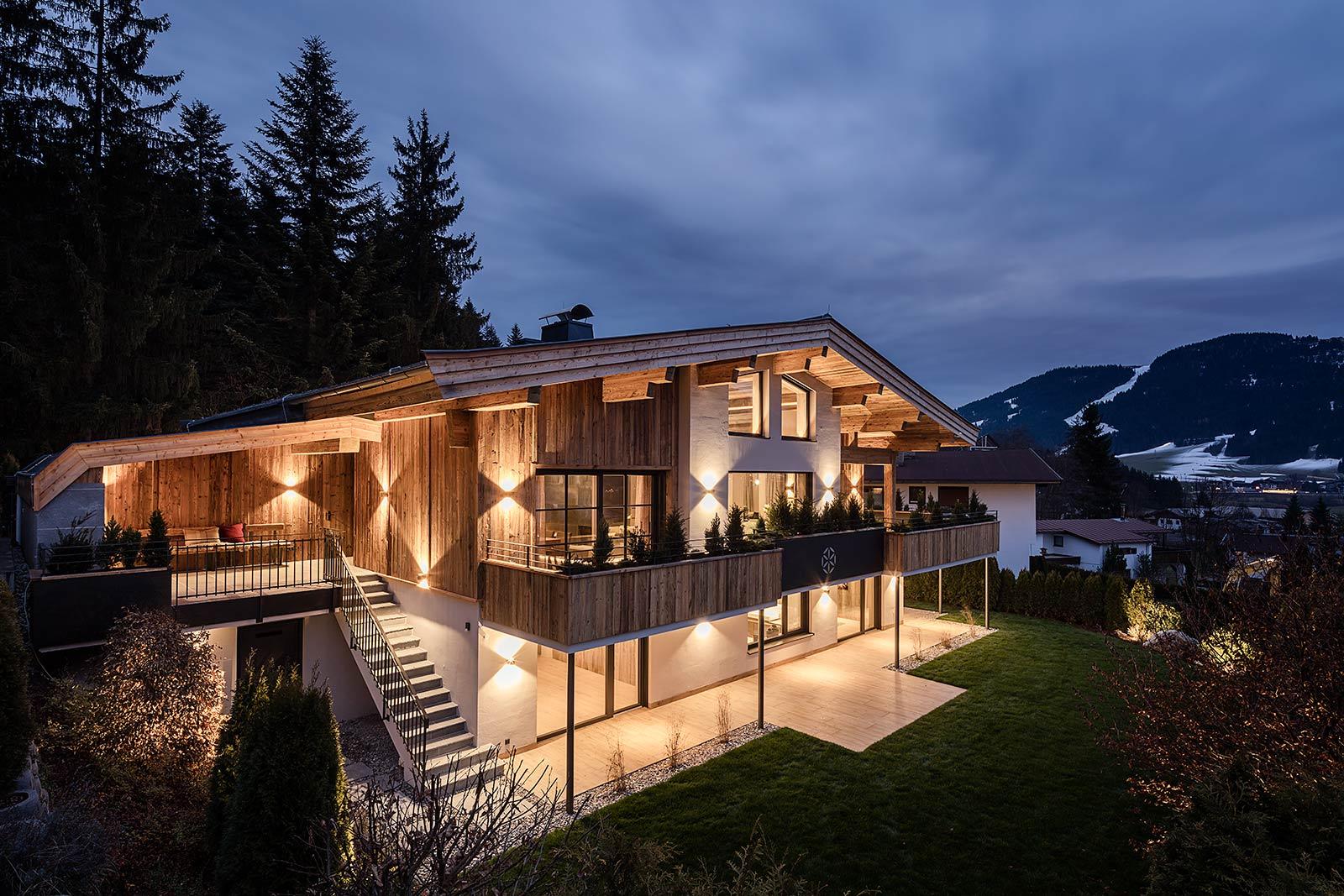 eine Villa von exklusiv Wohnen in Kitzbühel, Architekturfotograf aus München, Aussenansicht, Abendaufnahme