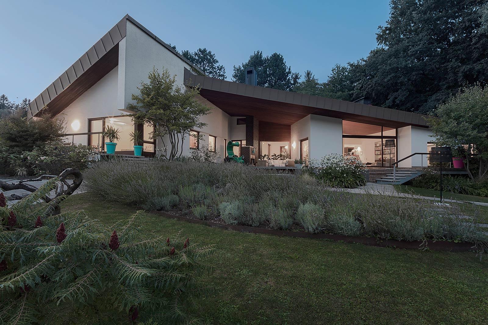 Architekturfotograf Aussenaufnahme, Abendstimmung, Generalsanierung eines Hauses aus den 60er Jahren