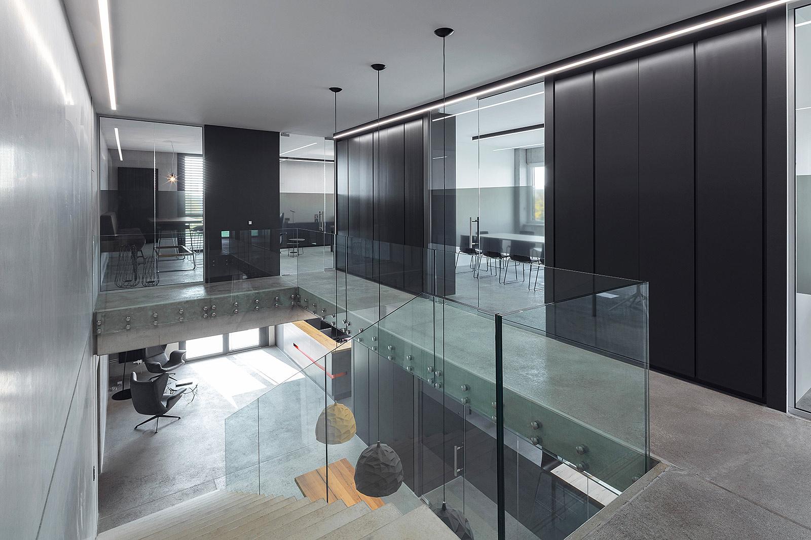 Innenaufnahme Foto von Architektur in einer Firma bei Tageslicht