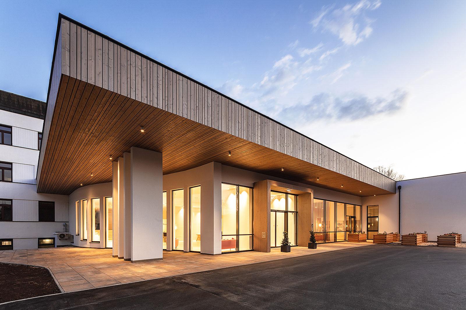 architektur Abendaufnahme Eingangsbereich