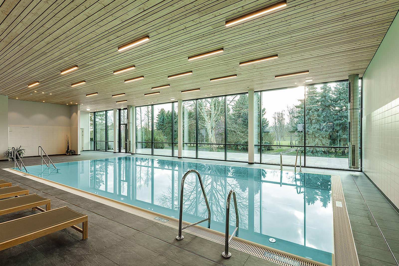 Schwimmbad Architektur mit Holz