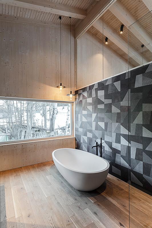 Badezimmer mit Fliesen von Karak von