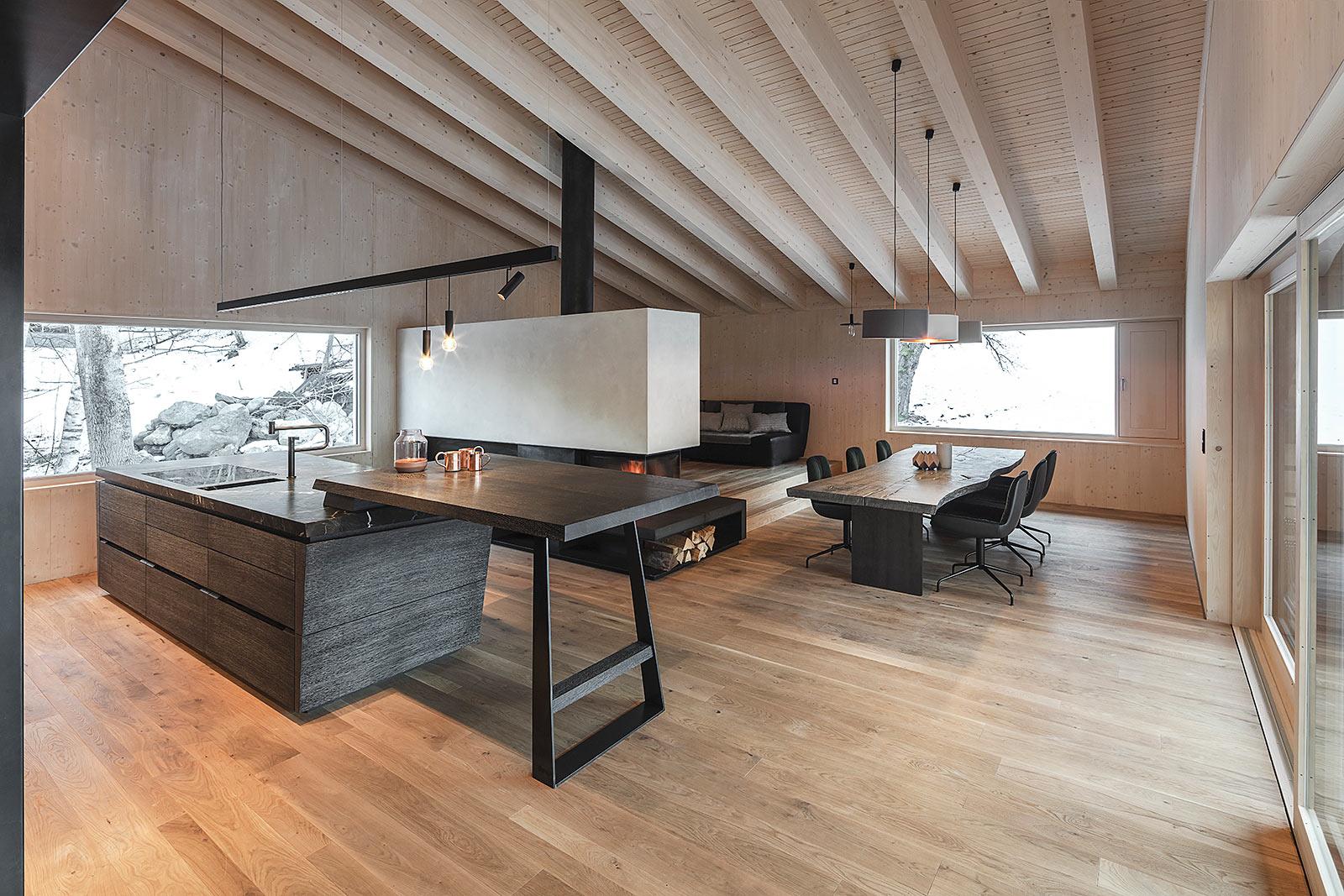 Wohnraum mit Küche und Kamin